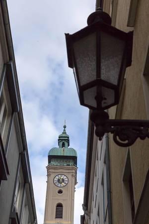Blick auf einen Kirchenturm in München