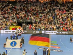 Blick auf Stadion mit Handballfeld mit Tribüne voller Fans bei Handball Weltmeisterschaft 2019
