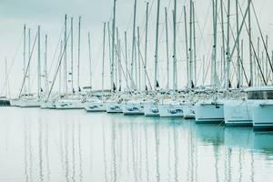 Blick auf viele Segelboote die im Segelhafen aufliegen