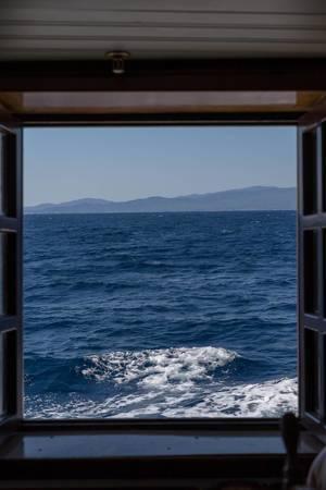 Blick aus dem Fenster eines Schiffes Richtung Land