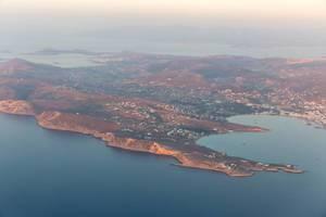 Blick  aus dem Flugzeug auf die griechische Insel Paros in der Ägäis