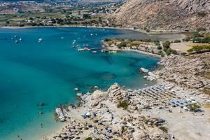 Blick aus der Luft auf das glasklare Wasser und die Felsformationen von Kolimbithres auf Paros