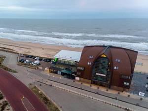Blick aus der Luft über Strand von Bloemendaal aan Zee mit Strandhotel Proeflokaal Bregje und Parkplätzen