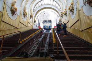 Blick durch architektonisch interessante Station auf Seilbahn in ukrainischer Hauptstadt Kiew