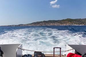 Blick über das Bootsheck auf die wilde See des Argolischen Golfs vor Spetses, Griechenland