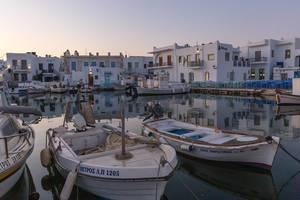 Blick über den Hafen mit kleinen Fischerbooten, vor dem griechischen Ort Naoussa auf Paros