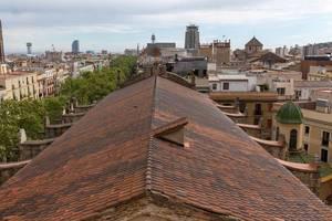 Blick über die mediterranen Dächer auf das Hotel W am Platja de Sant Sebastià Strand in Barcelona, Spanien