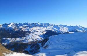 Blick über die schneebedeckten Gipfel der Alpen bei Vars, Frankreich