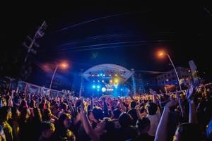 Blick über Menschenmenge, die mit erhobenen Händen feiert an Dinagyang Music Festival