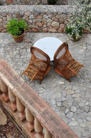 Blick vom Balkon auf Tisch und gewebte Stühle