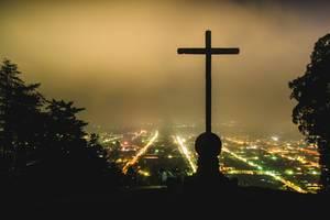 Blick vom Cerro de la Cruz bei Nacht auf das beleuchtete Antigua, die Hauptstadt Guatemalas