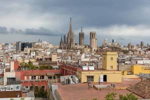 Blick von der Dachterrasse des Hotel 1898 über Barcelona, Spanien, auf die Metropolitankirche La Catedral de la Santa Creu i Santa Eulàlia