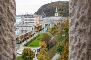Blick von oben auf den schön angelegten Park an der Burg von Buda in Budapest, Ungarn