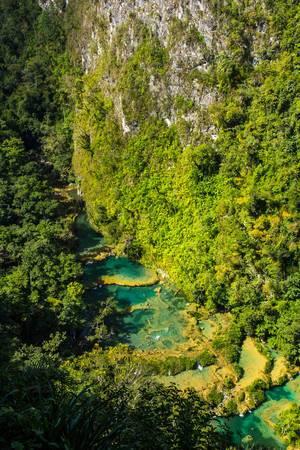Blick von oben auf Naturschutzgebiet Semuc Champey mit Fluss und bewachsenen Felsen in Guatemala