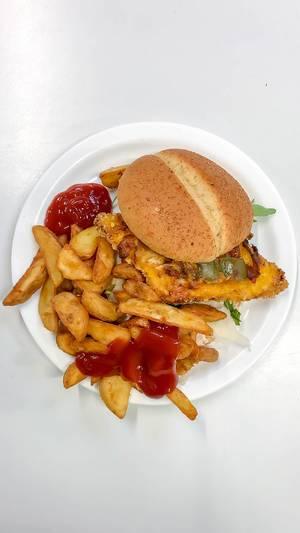 Blick von oben auf Teiler mit Hamburger mit paniertem Patty, Aubergine, Rucola und Parmesankäse, als Beilage knusprig frittierte Pommes Frites mit Ketchup vor weißem Hintergrund