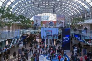 Blick von oberer Etage auf Halle der Messe boot Düsseldorf mit Besuchern und Infoständen