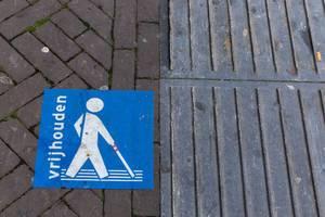 Blindenleitsystem auf dem Bürgersteig in Venlo, Niederlande