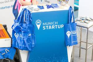 Blue jute bags and other Munich Startup gadgets at Bits & Pretzels 2019
