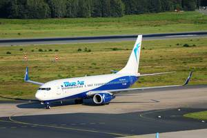 BlueAir Flugzeug taxiert auf Flughafen Köln/Bonn (CGN)