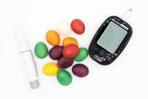 Blutzuckerkontrollen mit Blutzuckermessgerät nach dem Verzehrt von Süßigkeiten