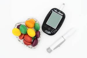 Blutzuckermessgerät und bunte Bonbons