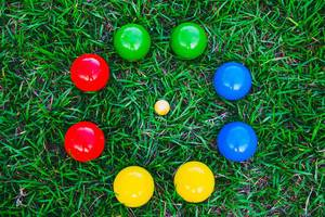 Boccia Kugeln auf dem Rasen