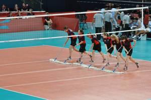 Boden wird gewischt vor einem Volleyball Spiel