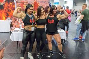 Bodybuilderinnen posieren für ein Foto - FIBO Köln 2018