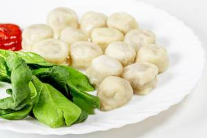 Boiled dumplings with spinach and tomato sauce (Flip 2019)