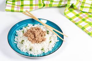 Boiled rice with tuna and micro-greens