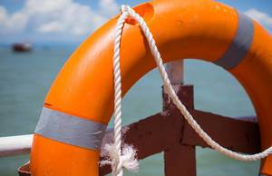 Bokeh Aufnahme eines Rettungsrings auf einer Fähre in Ha Long Bay
