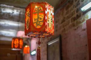 Bokeh einer roten China-Lanterne im Jade Kaiser Pagoda Tempel in Saigon