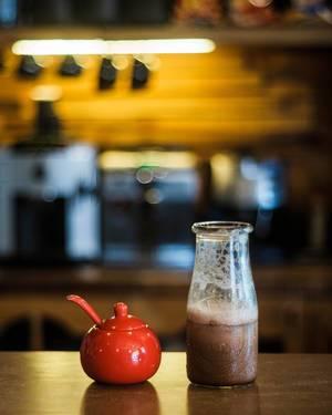Bokeh Fotografie von einem Kaffeegetränk in einem Cofeeshop