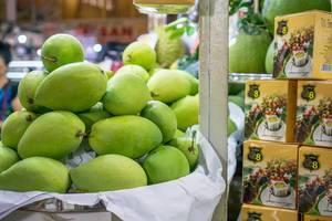 Bokeh mit Mangofrüchten im Fokus auf dem Ben Thanh Markt in Saigon