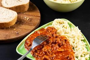 Bolognese-Sauce mit Pasta serviert