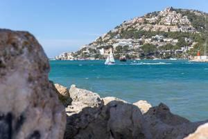 Boote auf der See und Hotels im Hintergrund - Puerto de Andraitx, Mallorca