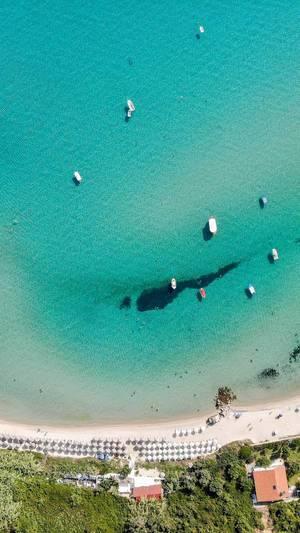 Boote und der Strand von Afitos aus der Vogelperspektive