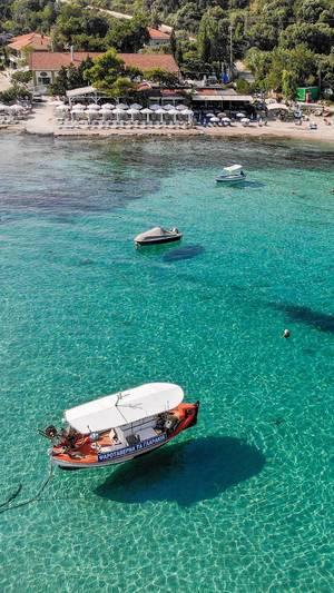 Boote unweit vom Strand in Afitos, Chalkidiki