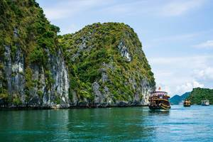 Bootsausflug in der Ha Long Bay Bucht in Vietnam