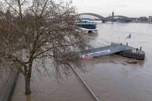 Bootssteg und überflutete Uferfläche - Hochwasser in Köln am 08.01.2018