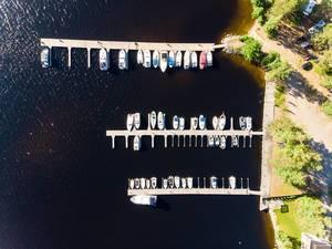 Bootsstege im kleinen Hafen für Motorboote am Ufer von Padasjoki im Norden Finnlands, nahe Lahti