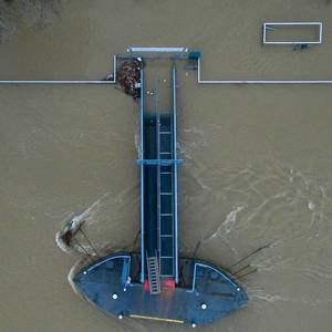 Bootsteg bei Hochwasser in Altstadt-Nord, Köln