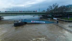Bootsteg der Köln-Düsseldorfer Deutsche Rheinschiffahrt AG bei hohem Wasserpegel