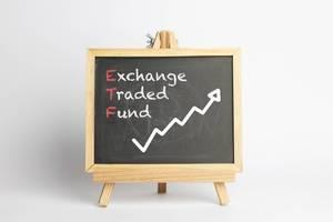 Börsengehandelte Investmentfonds - Konzept auf einer Tafel