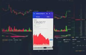 Börsenwert von Alibaba auf dem Bildschirm eines Smartphones
