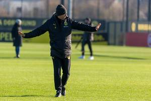 Borussia Dortmund manager Lucien Favre gives indications to his players with open arms during the training