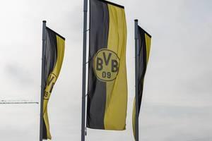 Borussia Dortmund Öffentliches Training Fahnen im Wind