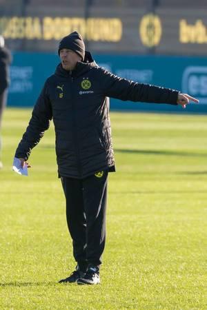 Borussia Dortmund Trainer Lucien Favre gibt Anweisungen während des Trainings