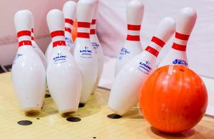 Bowlingkugel trifft Pins