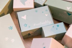 Boxes with winter decoration and #eathealthy written on them